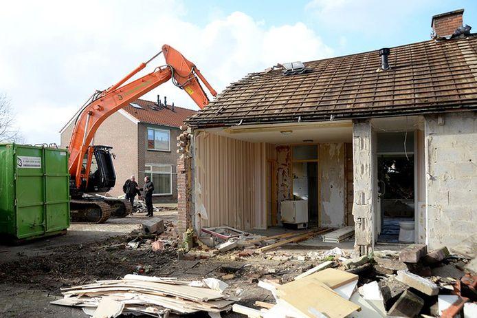 De eerste huizen aan de Lindenlaan zijn gesloopt om plaats te maken voor levensloopbestendige woningen.