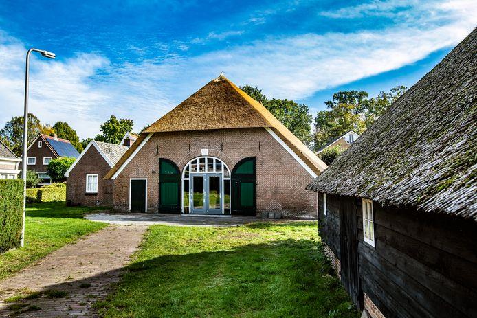 De buitenkant van monumentale boerderij Strunk is gerenoveerd, maar de ambitieuze plannen voor de invulling lopen voorlopig vast.