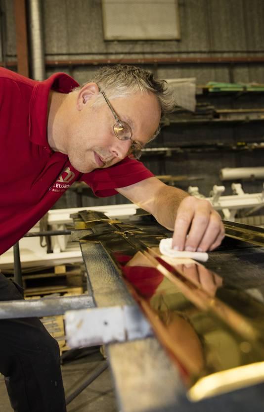 Piet van Lieshout, bedrijfsleider bij Koninklijk Eijsbouts heeft de wijzers van de klok verguld.