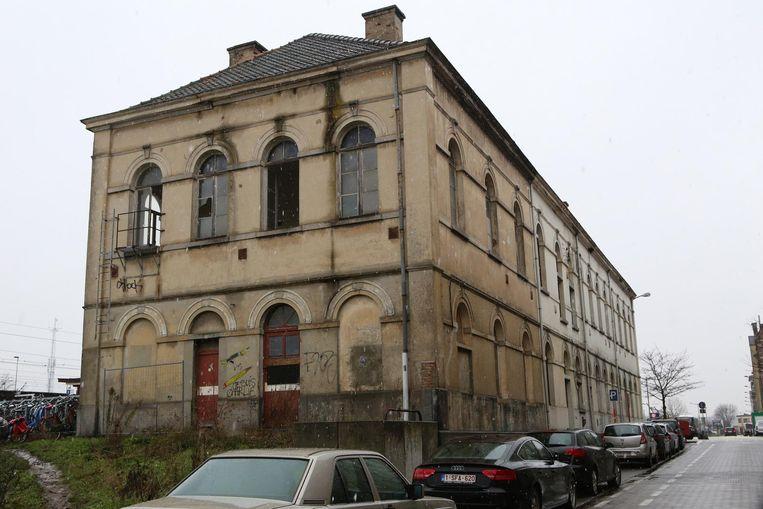 Het oude postgebouw aan het station waar enkele ramen werden ingeslagen en de muren met graffiti beklad zijn.