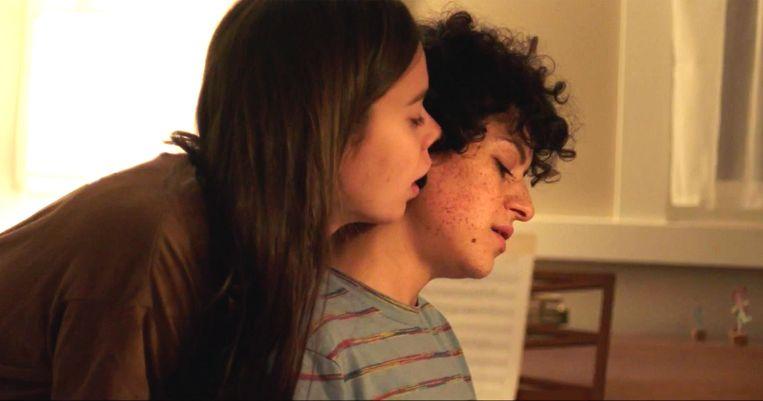 Laia Costa en Alia Shawkat in Duck Butter. Beeld