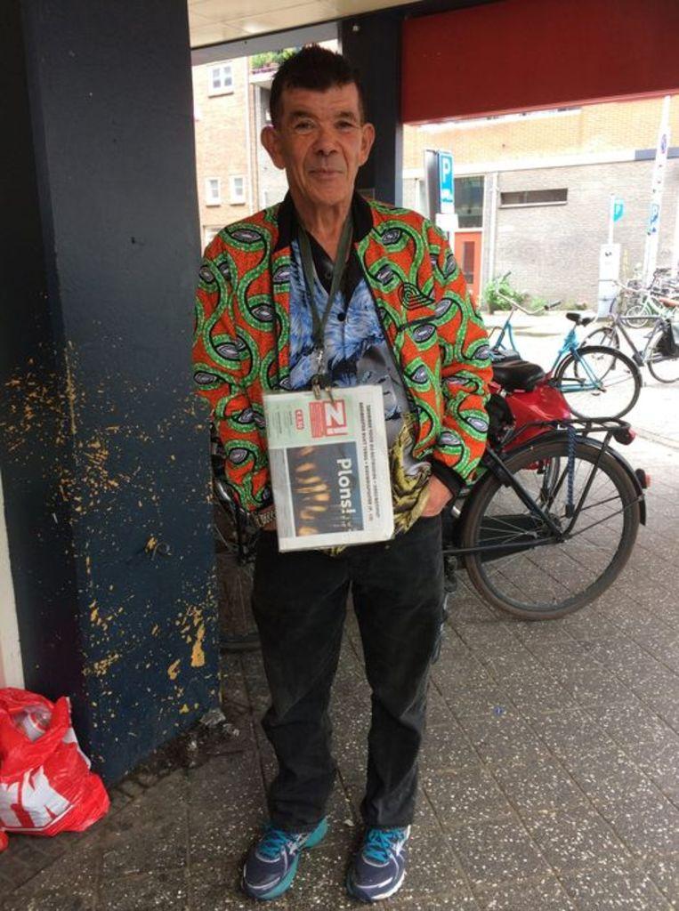 Ali Delici verkocht daklozenkranten voor de Dirk van den Broek in de Tweede Nassaustraat. Beeld Eva Adams