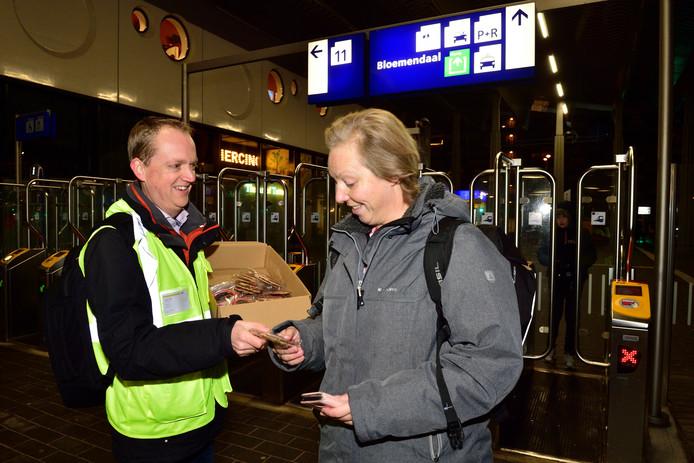 R-Net medewerker Reimer Hettema deelt stroopwafels uit aan reizigers op het NS-station Gouda