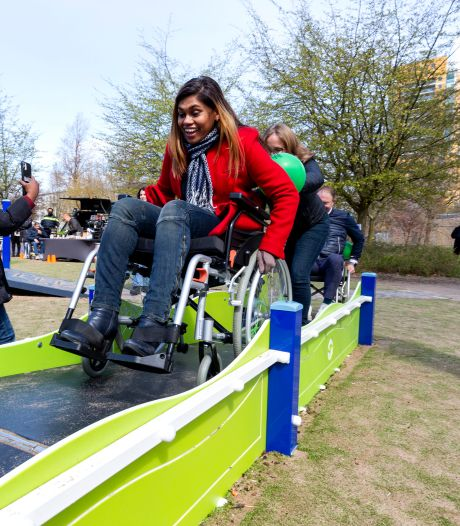 Bij deze opgeknapte speelplaats in Escamp kunnen alle kinderen spelen: 'Met rolstoel over het parcours'