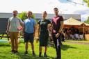 Organisator van Amuzo Elio De Bolle (rechts) samen met enkele helpende handen in de zomertuin.