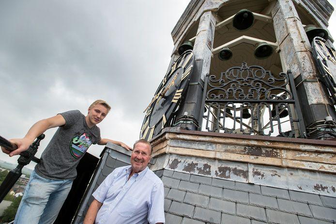 Gerrit van der schouw (rechts) bij het carillon. Links Jesse Oostermann, eveneens bestuurslid van Stichting Carillon Zevenbergen.