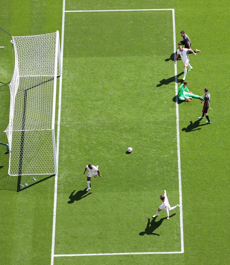 Matchwinnaar Raheem Sterling (linksonder) en Mason Mount (rechtsonder) vieren het doelpunt dat Engeland voorbij Kroatië hielp in dit EK-duel.  Beeld Getty Images