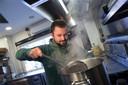 -Julien Gerritsen, bezig met stoofvlees.