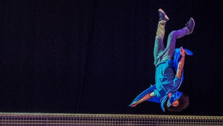 Bont Achttal Performers Jongleert Met De Prille Liefde De