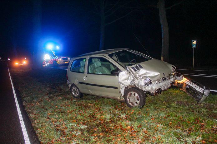 De zwaar beschadigde auto in Warnsveld.