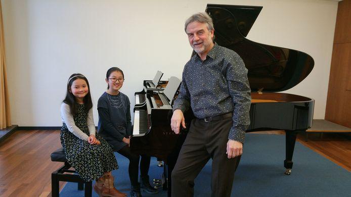 Pianodocent Joep Celis met Huayu Gu (rechts) en Akari Bastiaens.