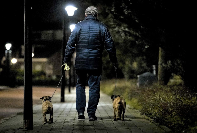 'Twee jaar werkte ik aan mijn roman, in een zolderkamer die uitkijkt op een grasveld waar mensen hun hond uitlaten. Ze zien mij niet, maar ik ben er wel, dacht ik vaak.'