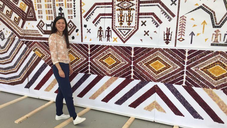 Jennifer Tee: 'Pas als je dichterbij komt, zie je waar het kleed van is gemaakt.' Beeld Jan Pieter Ekker