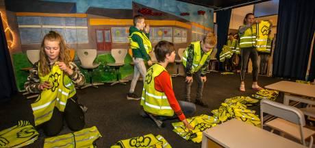 Lochemse schoolkinderen gaan fluorescerend over de bochtige wegen tijdens de donkere dagen
