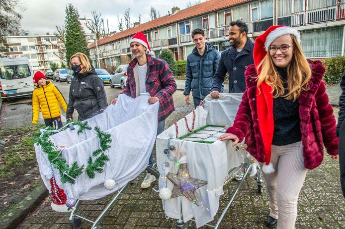 Studenten van de beruchte studentenflats aan de Professor Verbernelaan delen met kerst erwtensoep uit.