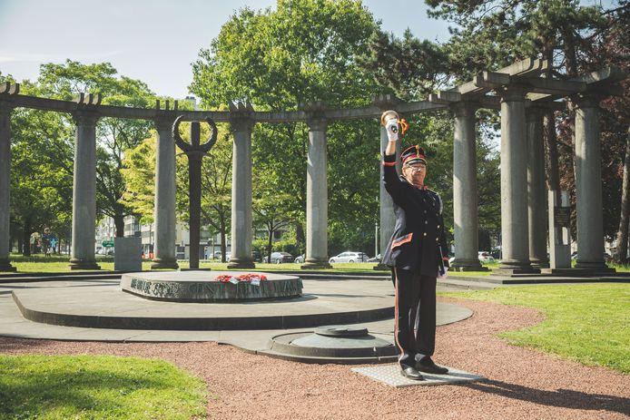 Vorig jaar op 8 mei stond Belleman Jempi nog moederziel alleen in het Zuidpark om het einde van WOII te herdenken.