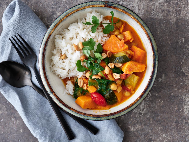 Een veganistisch recept waar je niet eens de deur voor uit moet: deze curry maak je met ingrediënten uit je voorraadkast. Beeld Hannes Vandenbroucke