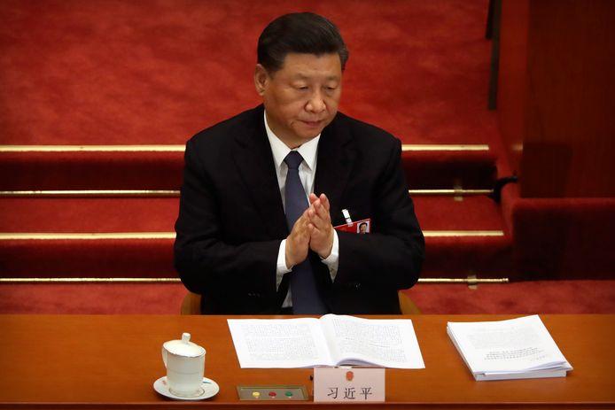 De Chinese President Xi Jinping applaudisseert voor de speech van premier Li Keqiang.
