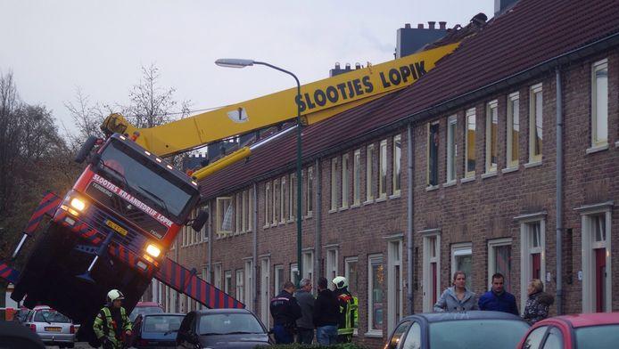 De hijskraan viel bovenop het huis