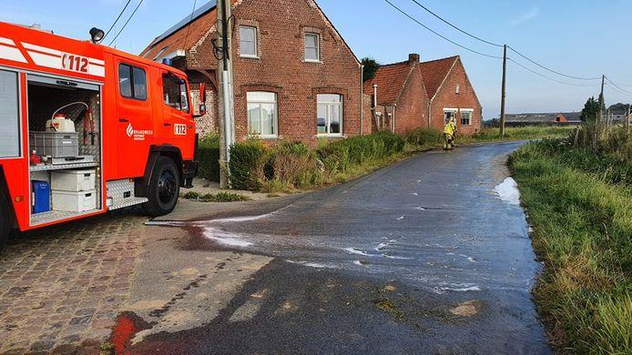 De brandweer werd gevorderd om de brokstukken en olie op te ruimen in de Terreststraat in Houthulst, na een ongeval met vluchtmisdrijf.