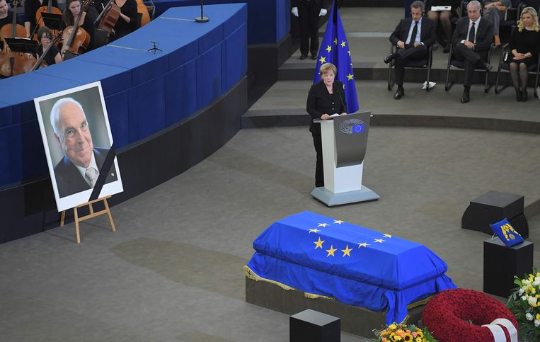 Ook huidig bondskanselier Merkel gaf in weerwil tot Kohl zelf een toespraak op de afscheidsplechtigheid. Beeld AFP