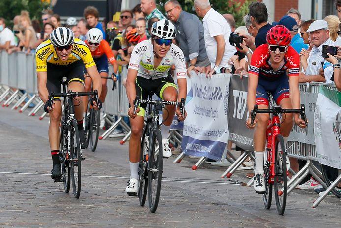 Viktor Soenens (midden) sprintte in Laarne nog naar de tweede plaats voor Arne Desimpelaere en Stan Dens. Winnaar Mauro Cuylits, buiten beeld, spurtte iedereen uit het wiel.