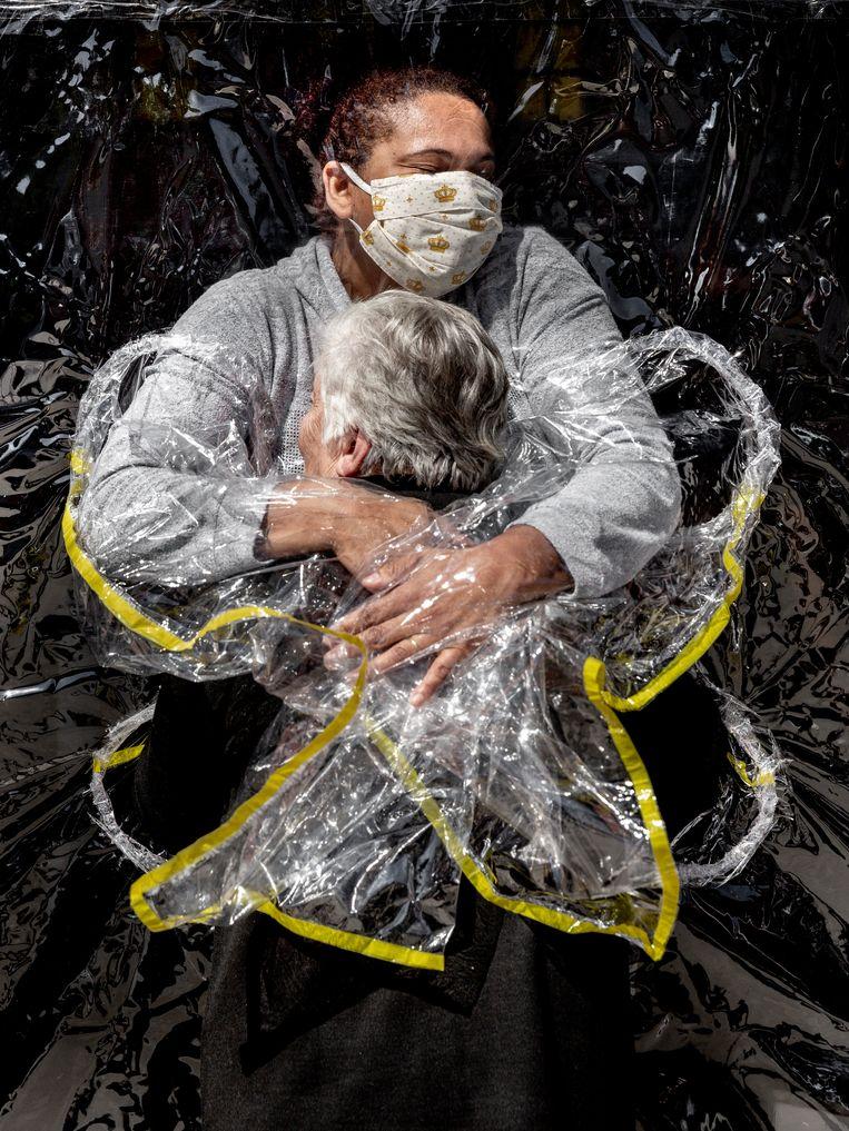 Een coronaproof omhelzing in het door covid geteisterde Brazilië: The First Embrace uit de serie Hold Me Close. Beeld Mads Nissen/ Politiken/ Panos Pi
