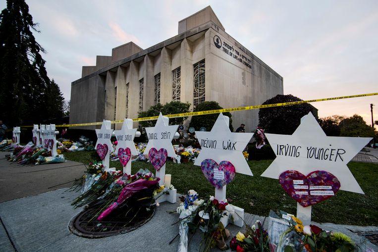 Een geïmproviseerd herdenkingsmonument voor de doodgeschoten mensen aan de synagoge in Pittsburgh.