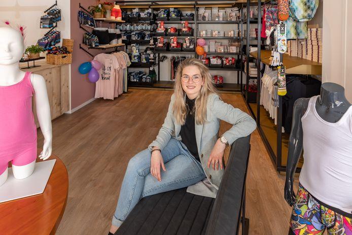 Justine Tooi in haar eigen winkel in Zwartsluis.