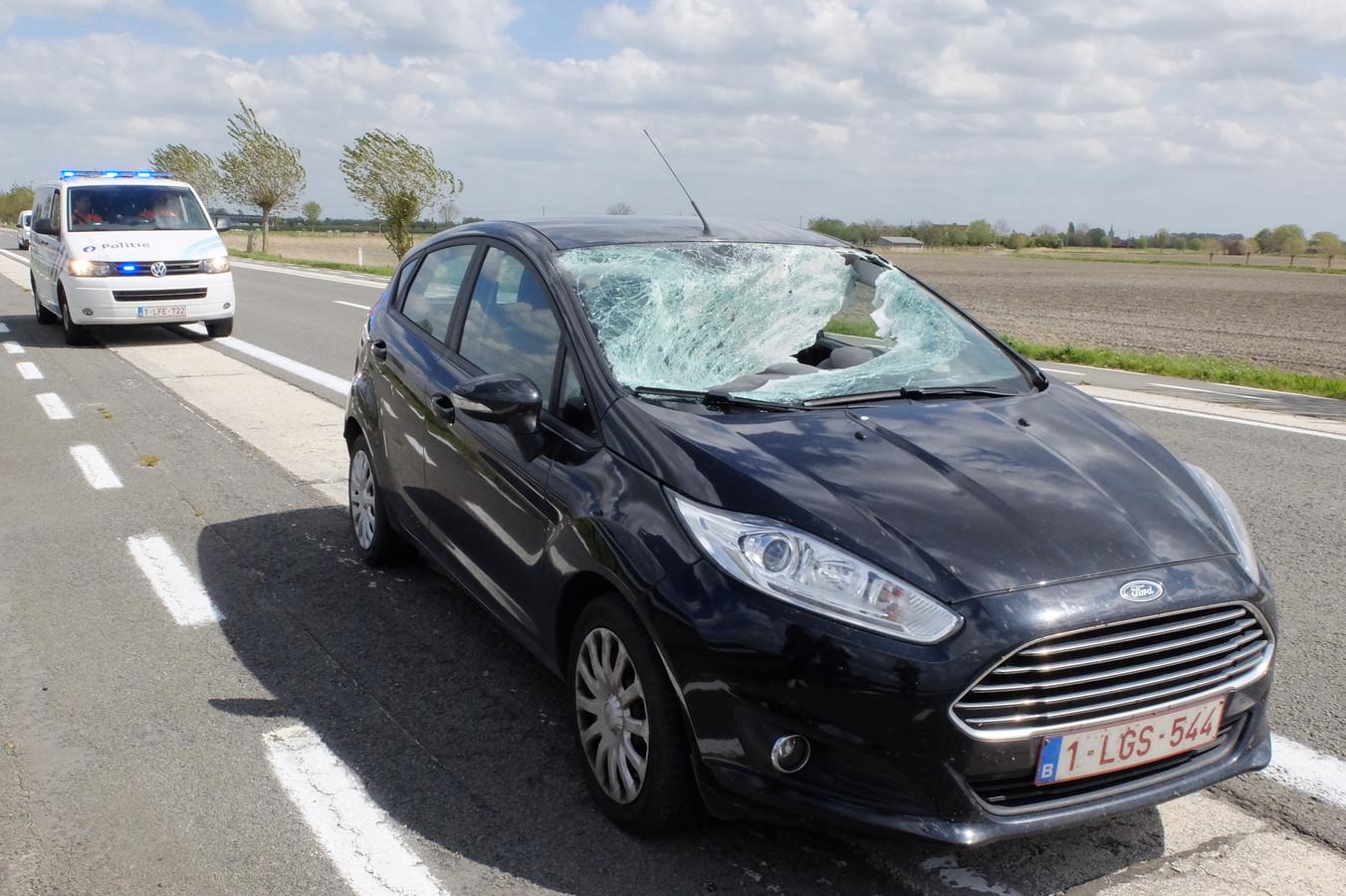 De voorruit van de wagen raakte verbrijzeld door het voetstuk van een verkeersbord. De twee inzittenden liepen oppervlakkige snijwonden.