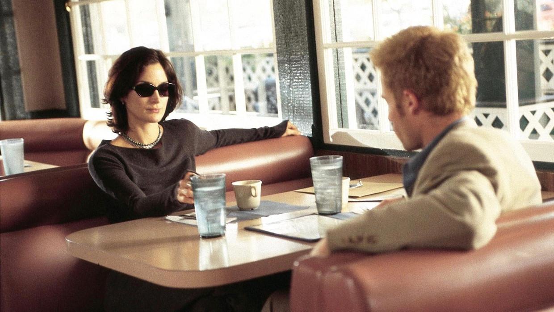 Carrie-Anne Moss en Guy Pearce in 'Memento' Beeld TMDB