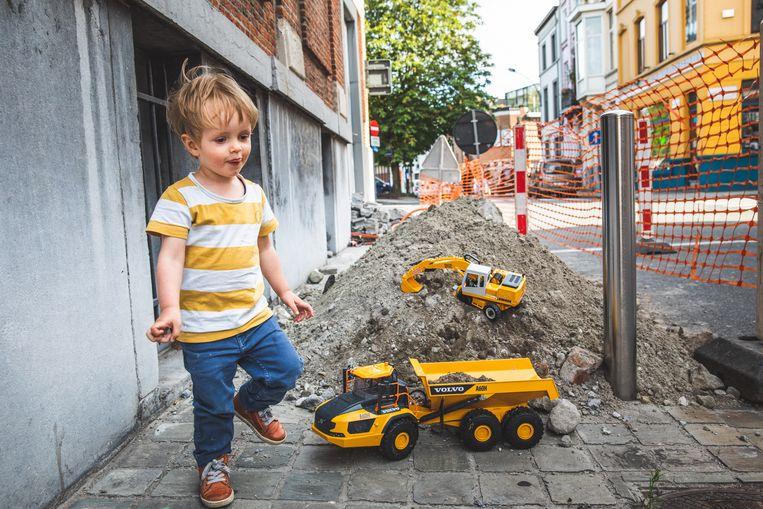 De kleine Leo met zijn miniatuurkranen en helemaal in zijn sas aan de wegenwerken.