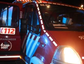 """Jonge bestuurder (21) licht gewond na frontale aanrijding tegen boom: """"Vermoedelijk ingedommeld, maar veel geluk gehad"""""""