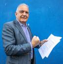 Een zeldzaam beeld, Leo Elfers als activist met zijn pensioenpamflet in 2019.