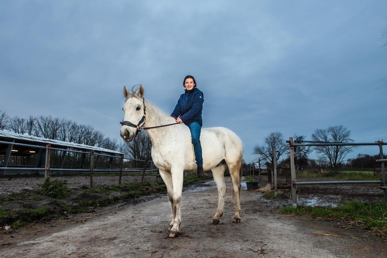 Gouda, Myrthe de Pont viel afgelopen zondag met haar pony Blitz in de sloot. Met maar liefst 16 hulpverleners kregen ze de pony weer op het droge. Myrthe nog even zonder cap en zadel op Blitz, die waren nog niet droog na de plons.