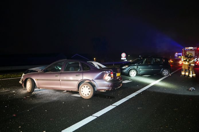 Flinke schade aan deze voertuigen na het ongeluk op de A18 bij Wehl.