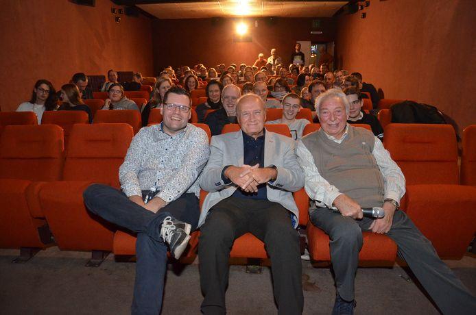 Organisator Jeroen Wiggeleer, Jacques Vermeire en cinema-uitbater Paul Raes bekijken de film 'Max', 25 jaar nadat hij in première ging, in Cinema Central in Ninove, die 100 jaar bestaat.