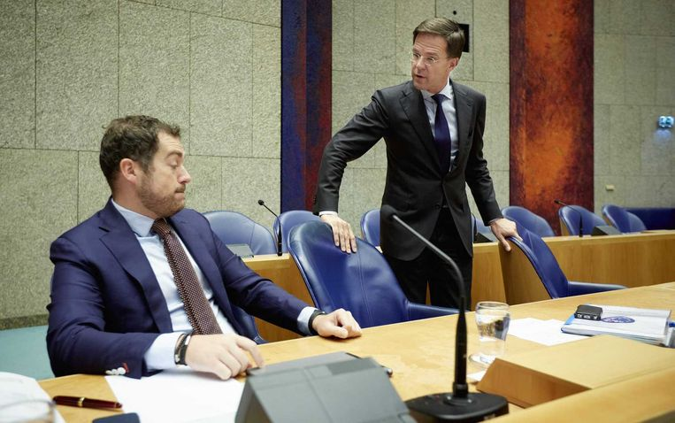 Staatssecretaris Klaas Dijkhoff van Veiligheid en Justitie (L) en minister-president Mark Rutte voor aanvang van het debat in de Tweede Kamer over Europees asielbeleid. Beeld anp