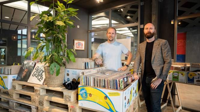 """""""Zwart goud in bananendozen"""": hotelmedewerkers openden nieuwe vinylshop in Centraal Station"""