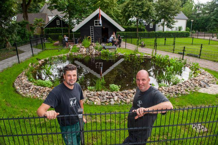 Het opgeknapte dierenparkje aan de Van Ooijenstraat in Aalst met Diederick Bouman (rechts) en Pedro Karbet.