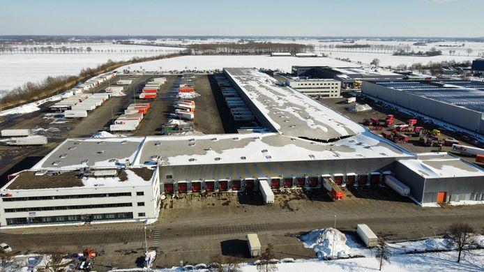 Het TNT-gebouw in Duiven heeft een L-vorm, het dak is ingezakt op de plek waar de twee delen bij elkaar komen.