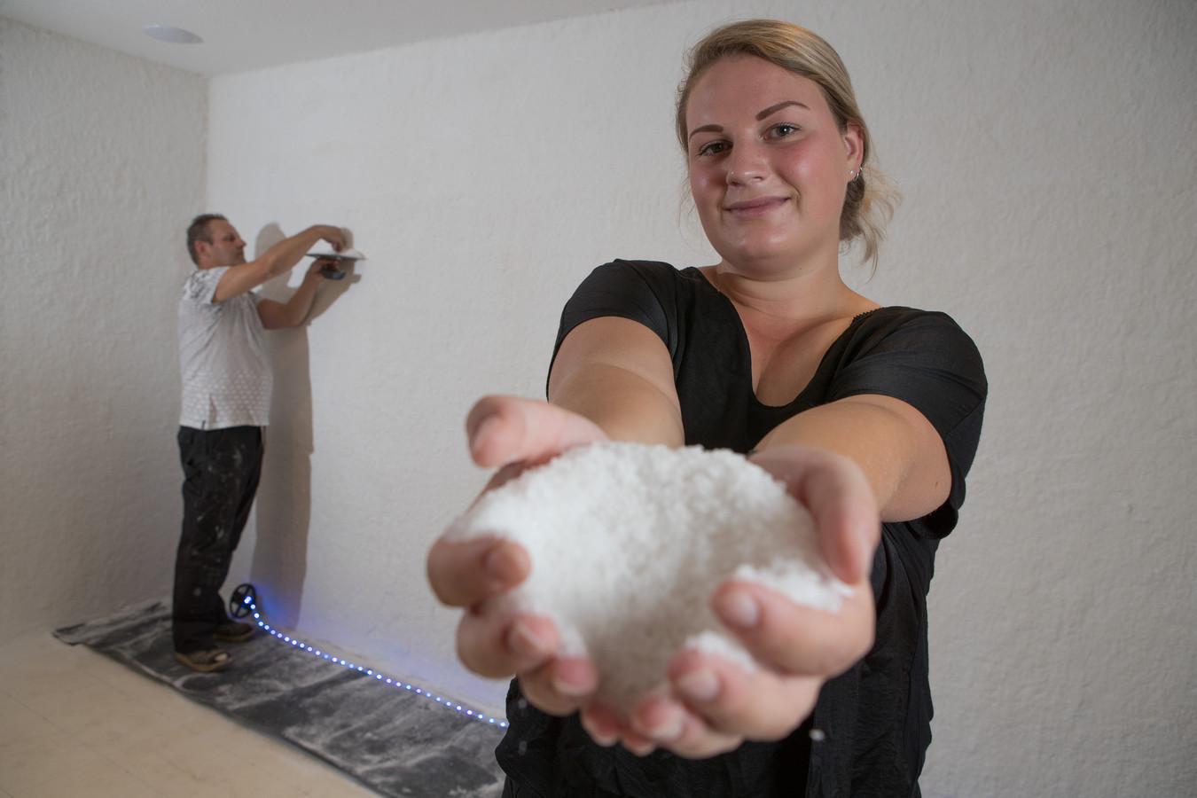 Kilo's zout heeft Rob Hulsebos de afgelopen dagen op de wanden van de eerste zoutkamer van Salland aangebracht. De komende weken wordt de ruimte afgewerkt en moet er nog een laag van vijf centimeter zout op de vloer komen. Medio oktober openen Rob en dochter Kashley Zoutkamer Salland.