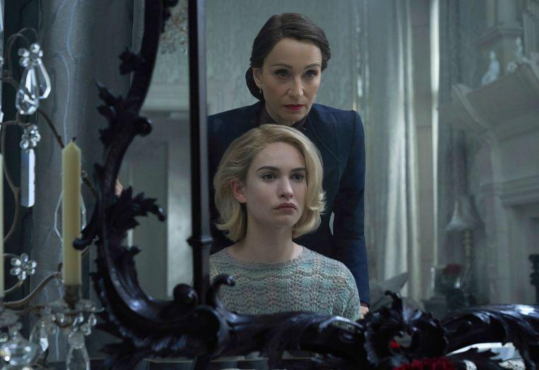 Kristin Scott Thomas (achteraan) en Lily James in  'Rebecca.' Beeld AP
