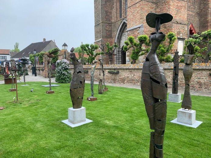 De eerste werken van Beeldenroute 2021 in Lissewege zijn verschenen op het marktplein.