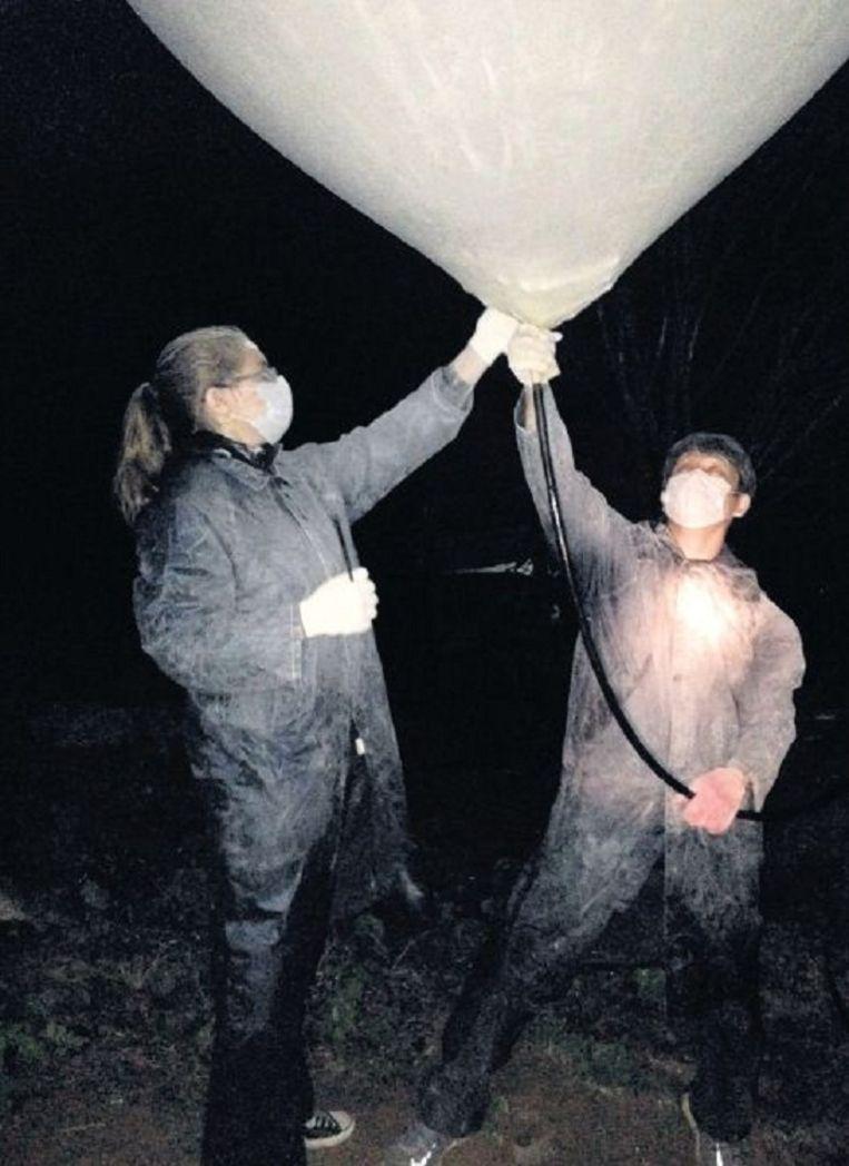 Een ballon wordt gevuld. Het bezit van een bijbel is reden genoeg voor een enkele reis strafkamp. Beeld