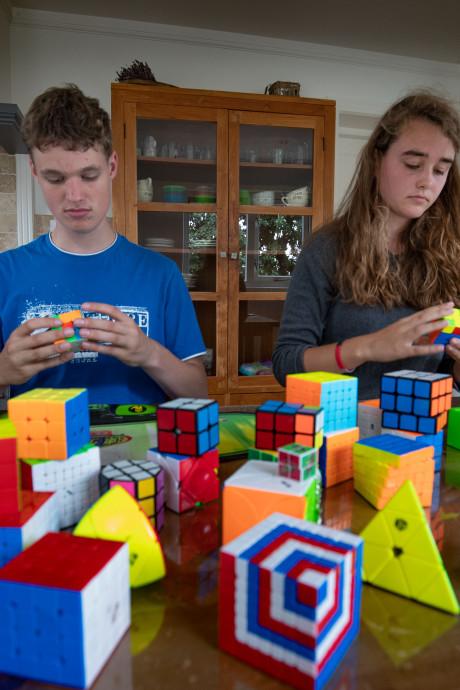 Vliegensvlugge vingers van Rick en Lilian lossen 24 uur Rubiks kubussen op om geld op te halen voor onderzoek kinderkanker