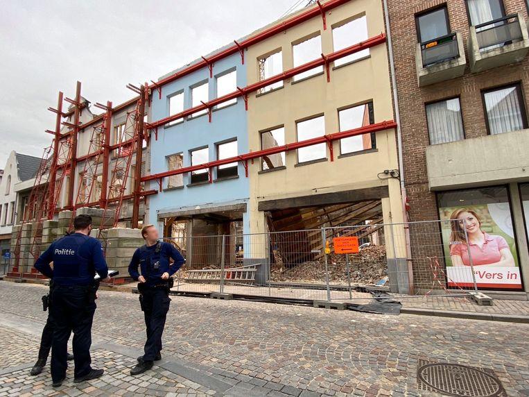 MECHELEN - De hulpdiensten kwamen massaal ter plaatse. De politie liet de werken stilleggen. De brandweer hielp de medische diensten met de evacuatie van het slachtoffer. Dat werd afgevoerd naar het UZA in Edegem.
