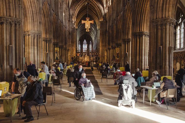 Bejaarde inwoners van Lichfield krijgen een vaccinatie in een kathedraal. Beeld Carlotta Cardana