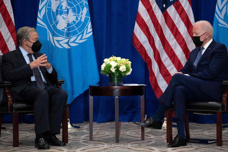 Secretaris-generaal van de Verenigde Naties Antonio Guterres in gesprek met de Amerikaanse president Joe Biden (rechts). Beeld AFP
