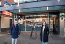 Caroline Piijpers en Marianne Hansum hebben een inzamelingsactie opgezet voor cafetaria Tweelingstad, waar een putdeksel door de ruit ging.